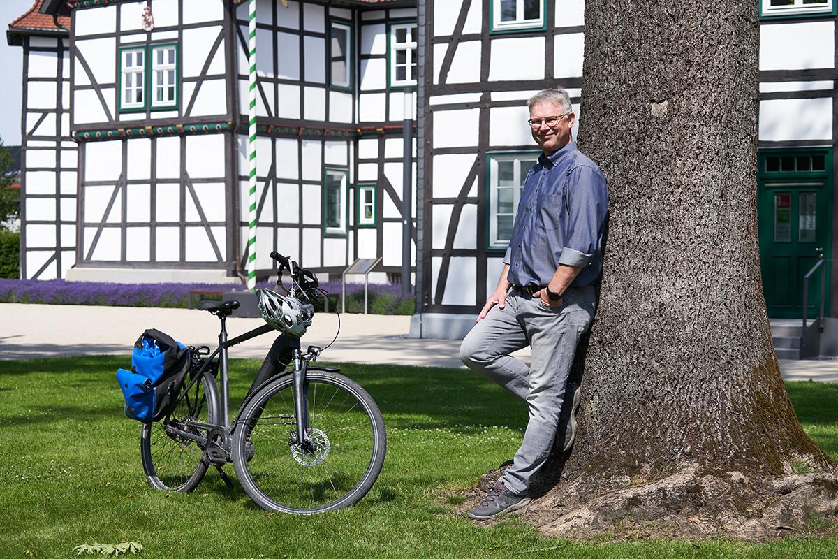 Jörg Schlüter am Baum stehend